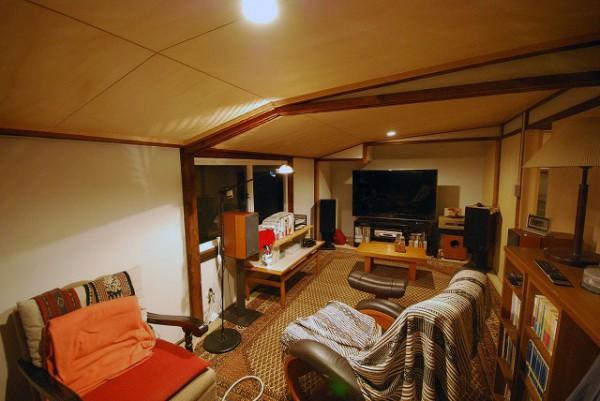 天井が低く、屋根裏部屋のような雰囲気の2階。